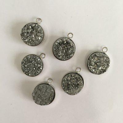 (C0241) 天然水晶牙原石礦 鍍彩圓形天然水晶牙 銀色包邊墜子(隨機發送)