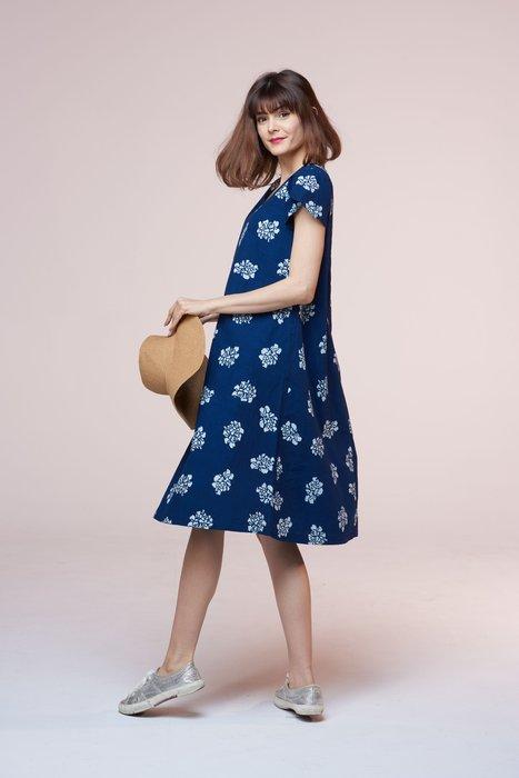 !中國藍Anewei藍染小玫瑰V領花苞袖洋裝-F-萊爾富免運