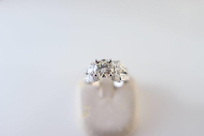 [吉宏精品交流中心]1.12克拉 南非天然鑽石 PT900白金台 豪華 造型 戒指(附證書)