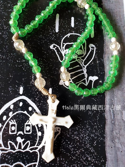 黑爾典藏西洋古董~美國翠綠塑料彩珠基督十字墜子/手拿鍊珠~Vintage天主玫瑰經宗教系列