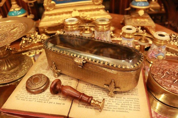 【家與收藏】稀有珍藏歐洲古董法國古典優雅精緻手工銅浮雕紳仕雪茄盒/仕女珠寶盒/筆盒2