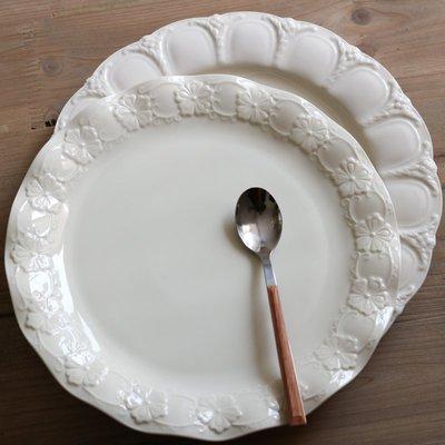 優生活~W2162出口歐洲奶油色陶瓷花朵浮雕波浪邊法式西餐盤/宮廷拱門大盤