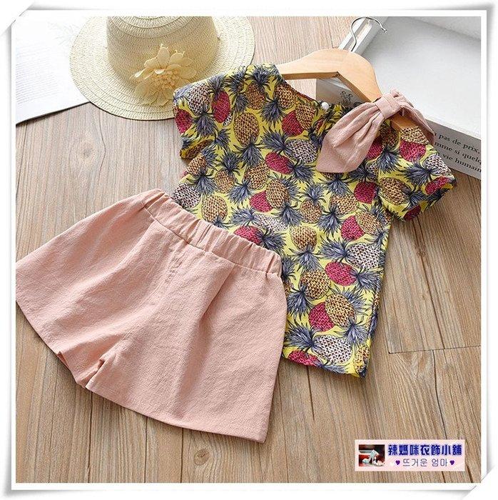 •*~ 辣媽咪衣飾小舖 ~*•❤童裝系列 📣X020249韓版兒童夏季甜美水果菠蘿印花短袖上衣+休閒短褲二件套套裝