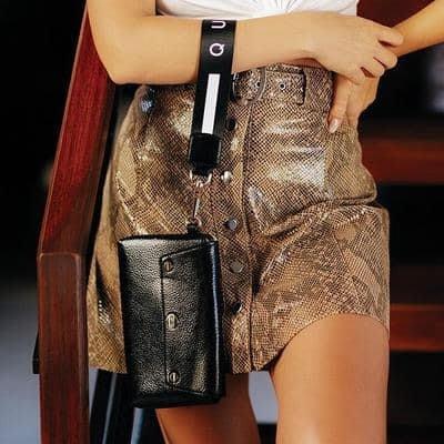 安安精品保證正品~澳洲QUAY手拿包實上也可以很平價喔~可愛腕帶,配有可拆卸的QUAY提帶,後卡槽和精緻的拉鍊