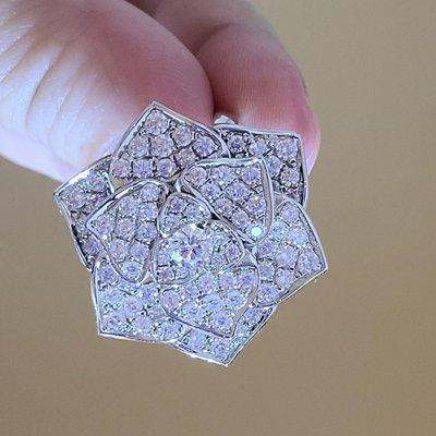 sogo山茶花精緻時尚鑲滿鑽高仿鑽戒真鑽相似度92%更璀璨貴婦不戴真鑽高仿真鑽石手飾 歐美豪華高檔微鑲純銀戒指鑽寶出品週年特價