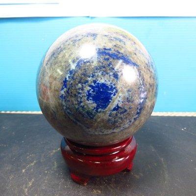 【競標網】高檔天然漂亮青金石球1320克90mm(贈座)(網路特價品、原價3500元)限量一件