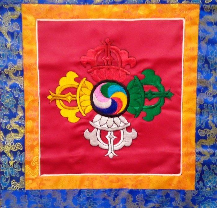 @居士林@藏傳(Made in Nepal)十字金剛杵-唐卡布幔(棉質)直高56公分(含流蘇)面橫寬43公分