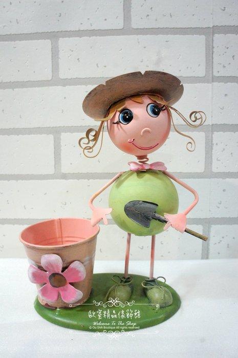 ~*歐室精品傢飾館*~鄉村風格 可愛 鐵製 搖頭晃腦 鐵皮 娃娃 戴帽 女孩 鏟子 花器 筆筒 擺飾 布置 ~新款上市~