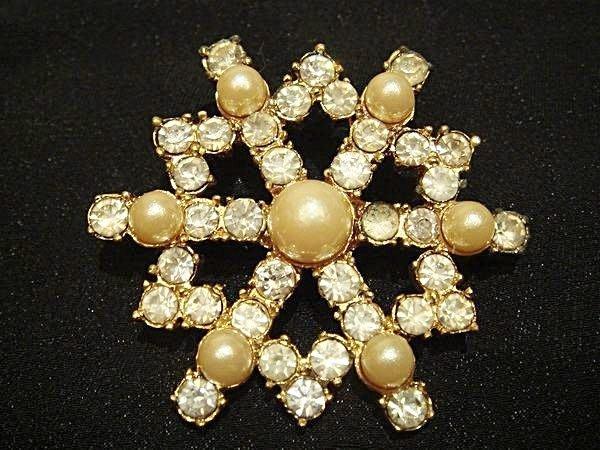 日本帶回,高質感雪花型設計似珍珠鑲鑽別針胸針,很可愛喔!低價起標無底價!本商品免運費!