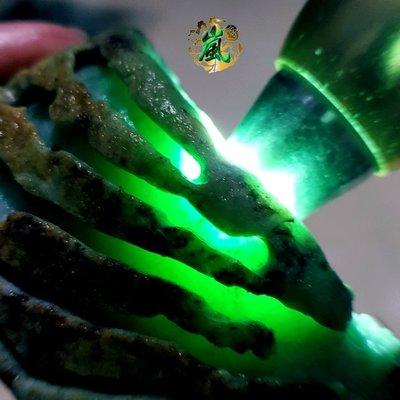 ♪嵐翡翠原石坊❦緬甸天然翡翠原石老坑木那精品色料全身開窗濃濃的果陽綠肉質細膩水頭長打燈通透底子非常乾淨全身完美無大裂
