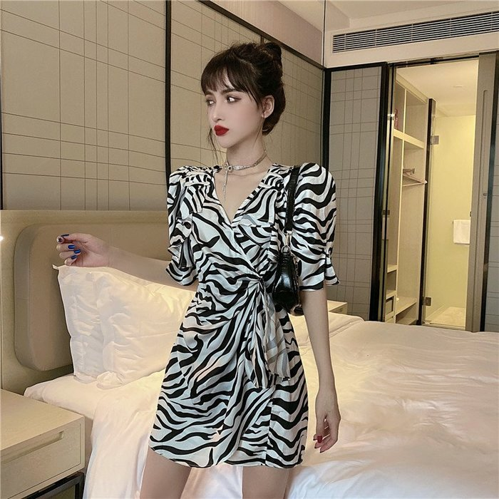 ☆女孩衣著☆2020新款法式復古v領設計感可調節不規則層次收腰連衣裙顯瘦女夏(NO.48)