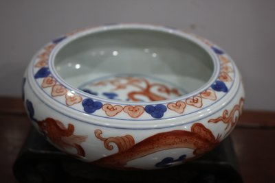 紅釉龍紋瓷