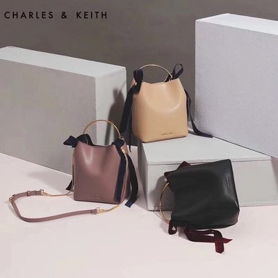 ╭☆包媽子店☆CHARLES&KEITH 復古絲絨蝴蝶結拼皮水桶包