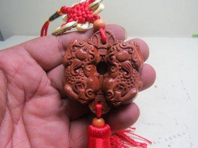 【競標網】漂亮天然草花梨木巧雕(咬錢貔貅)中國結吊掛(天天超低價起標、價高得標、限量一件、標到賺到)