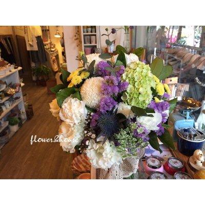 【Flower&House花藝之家】F62。白綠紫黃色系。新娘捧花。拍照手綁花。客製捧花。森林系捧花。台北歡迎自取