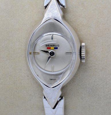 《寶萊精品》Benrus 銀乳白眼球型手動女子錶