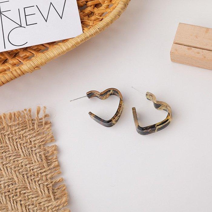 {菲兒韓國飾品} B5575 韓國直送(正韓)-氣質甜美壓克力愛心豹紋耳圈耳環