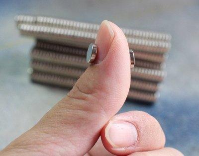 @萬磁王@圓形強力磁鐵8mmx2mm-唉呀,我的姆指被吸住了