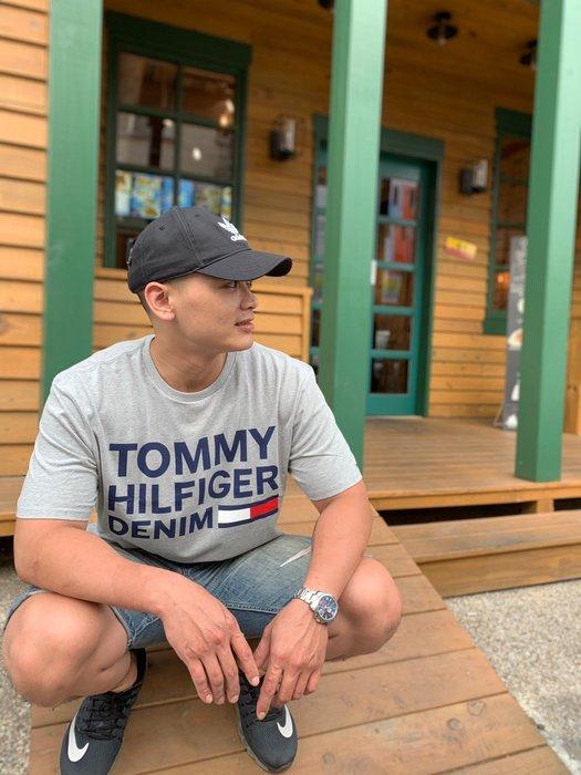 【蟹老闆】TOMMY 男短袖 藍印字LOGO款 灰色
