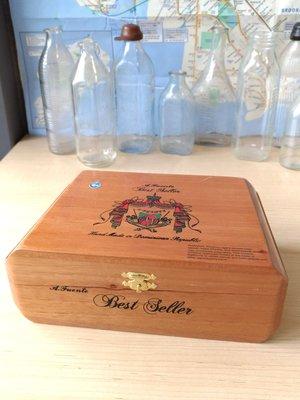 雪茄木盒,售1200元。
