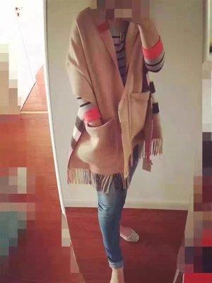 【海洋之心二館】BURBERRY 經典格子羊絨配羊毛保暖口袋雙面披肩((Made in Scotland)) 駝色