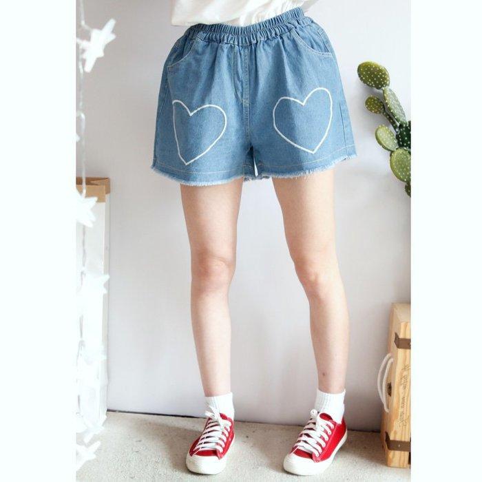 NiNa小舖【DV9893】日系森女風愛心刺繡裝飾高腰鬆緊腰毛邊設計寬鬆牛仔短褲(深藍/淺藍M.L)預購