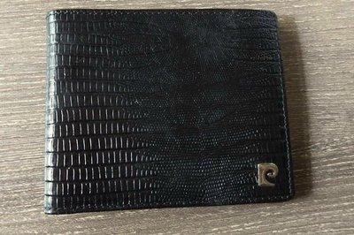 法國 Pierre Cardin 經典款真皮鱷魚壓紋2折皮夾,裡/外均真皮革(外牛皮鱷魚壓紋,內為小羊皮卡夾)有2層可放紙鈔,8個卡夾山頂鳥萬寶龍moncler