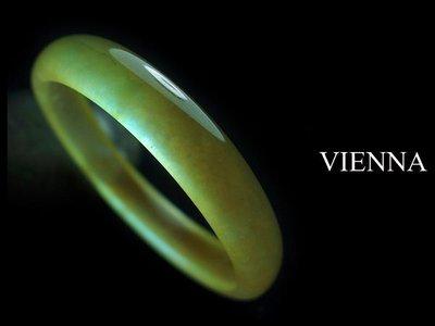【VIENNA】《手圍16.5/12mm版寬》緬甸玉/冰種泛水濃糖蜜翡翠/玉鐲L@Y03