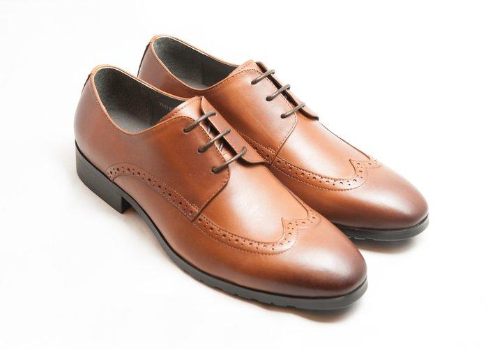 超值系列翼紋雕花德比鞋:小牛皮真皮木跟皮鞋男鞋-焦糖色-免運費-[LMdH直營線上商店]E1A13-89