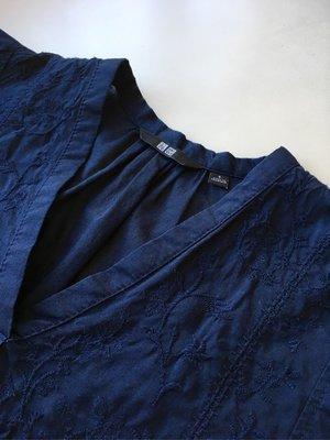 Uniqlo 藏青色繡v領寬鬆上衣(三件免運)
