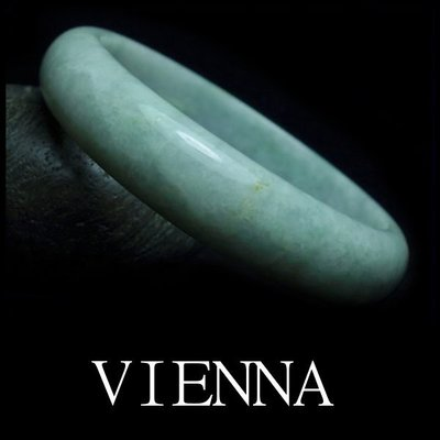 《A貨翡翠》【VIENNA】《手圍19.3/14mm版寬》緬甸玉/冰種綿潤豆綠飄葉點蜜/玉鐲/手鐲Y*022
