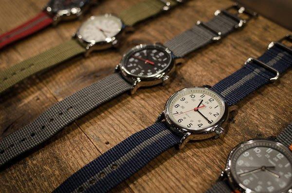 { POISON } TIMEX WEEKENDER 經典錶款簡約設計 Indiglo冷光 可換錶帶設計 多色款提供