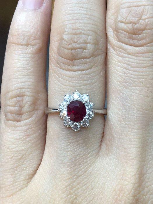 1.13克拉天然紅寶石鑽石戒指,厚金搭配經典黛妃戒台款式,超值優惠價48800元,只有一個要買要快,寶石鮮豔漂亮,鑽石白亮,附上鑑定書