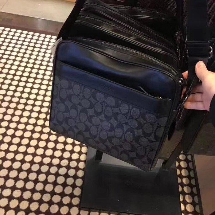 甜心精品代購 COACH 28456 黑色 新款經典印花拼皮防刮男包 單肩斜挎包 附代購憑證 價格標籤 COACH鏡子