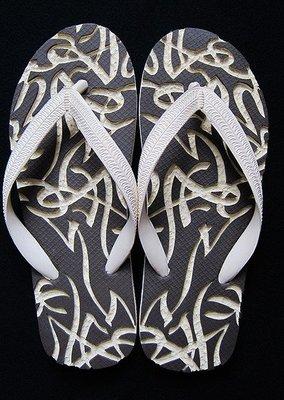 休閒鞋海灘鞋夾腳拖鞋涼鞋像版畫模板又似木雕刻的橡膠雕刻文創藝術品010【心生活美學】