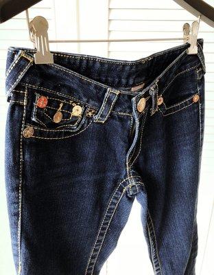 原價$16800【TRUE RELIGION 】超亮眼黃銅釦立體翹臀粗黃縫線靴型牛仔褲