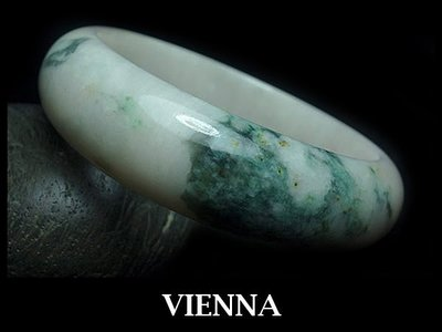 《A貨翡翠》【VIENNA】《手圍17.6/17mm版寬》緬甸玉冰種特濃葉綠/玉鐲/手鐲J*-034