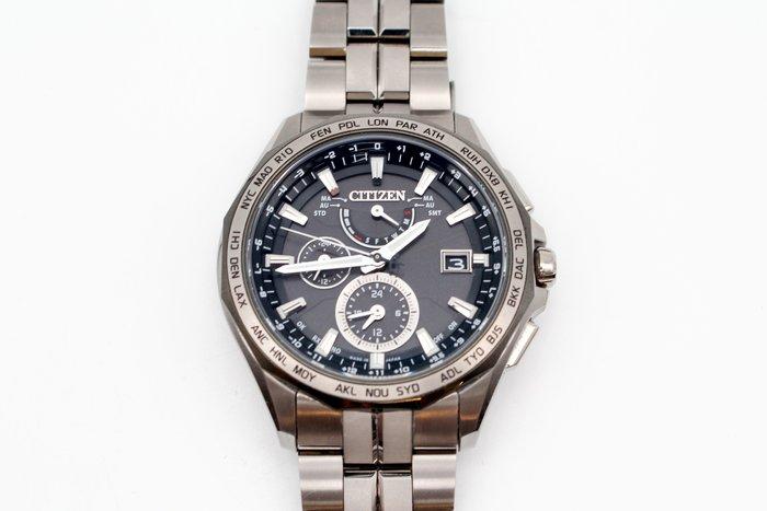 【高雄青蘋果3C】CITIZEN 極輕量鈦金屬電波光動能錶 42.7mm AT9096-57E 二手手錶 #26386