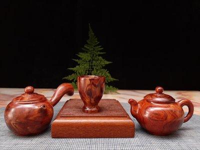 海南黃花梨茶壺擺件把件,本物件包括圖一有二只海南黃花梨壺及一只杯子。公共空間擺件,美觀大方,(僅供觀賞使用)。