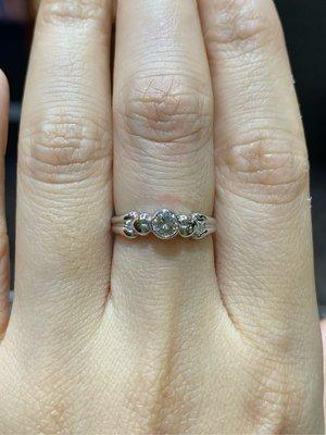 25分天然鑽石戒指,適合求婚結婚款式,經典包鑲單鑽設計款式,全新商品超值優惠價13800元只有一個要買要快,搭配18K金戒台,簡單愛心造型設計