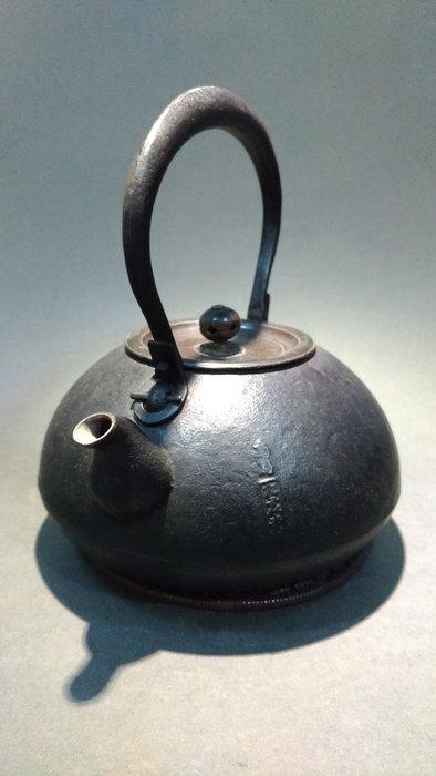 ☆清沁苑☆日本茶道具~銘:松雲堂 丸型 提鉉把 銅蓋岩肌紋 鐵壺 鐵瓶~d503