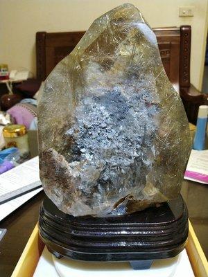 天然水晶大塊礦料..超美的頂級鈦髮晶幽靈共生大型襬件飾品..難得稀少美品..擺件.成本釋出..一律免運費