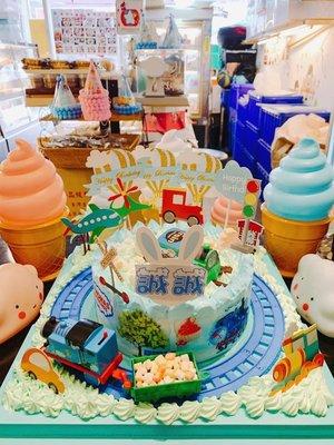 ❤ 歡迎自取 ❤ 雪屋麵包坊 ❥ 公仔的家 ❥ 會跑的軌道湯瑪士小火車 ❥ 8 吋生日蛋糕  ❥ 85 折優惠中