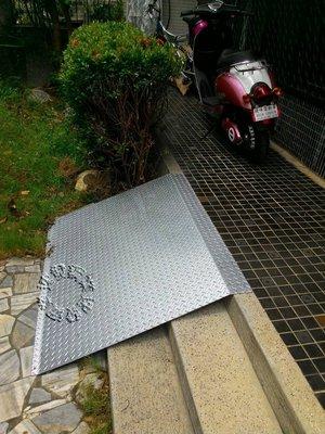 速發~樓梯專用斜坡板爬坡花紋鍍鋅板~機車止滑板台階走道斜板~不鏽鋼送貨輪椅電動車~平台腳踏板三輪車手推車水溝蓋無障礙通道