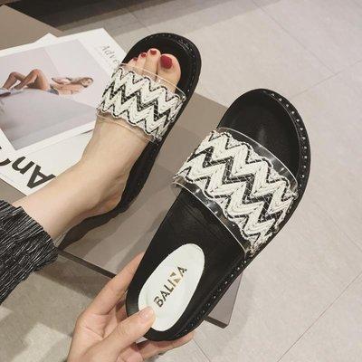 Ekool正韓鞋包~ 一字拖女鞋正韓18年夏季新款透明軟膠厚底松糕跟拖鞋露趾鉚釘女鞋
