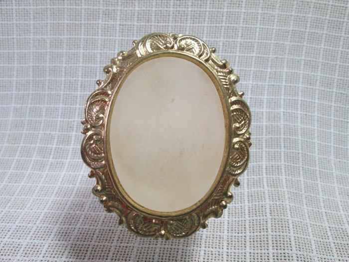 早期 VINTAGE 古著 古董懷舊飾品 老台灣 浮雕薄金屬 鑲霧白蛋面塑料 別針 老胸針