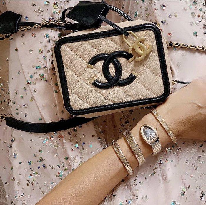 Chanel A93342 CC Filigree Vavnity Case Bag 小型荔枝紋鍊帶包 駝/黑 現貨