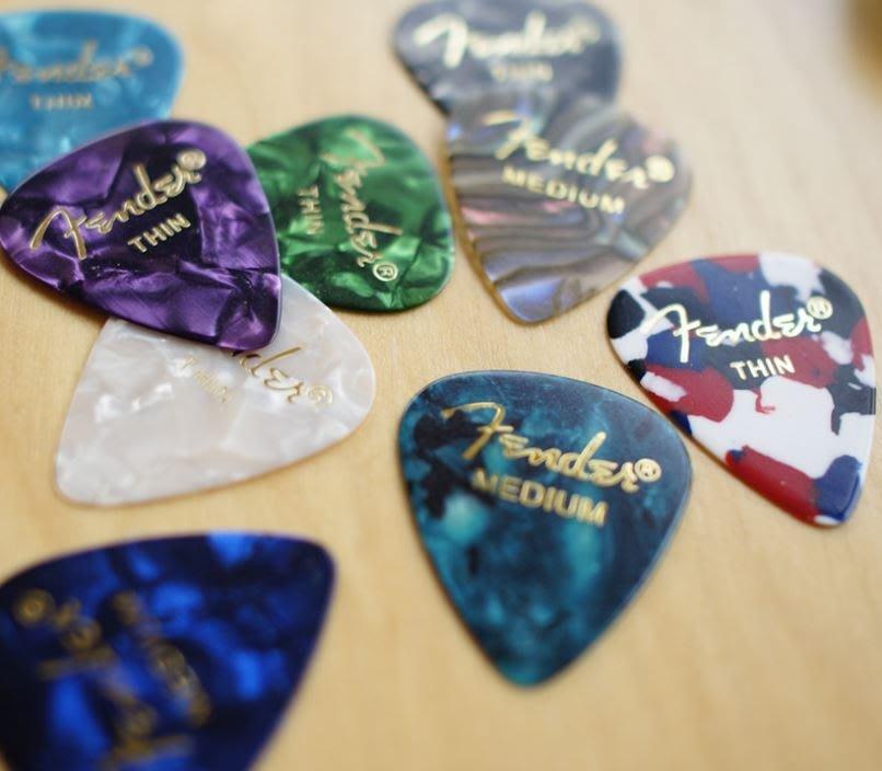 【老羊樂器店】正版 Fender 燙金字 民謠吉他 木吉他 電吉他 匹克 pick 多種厚度 實惠好用 不挑色