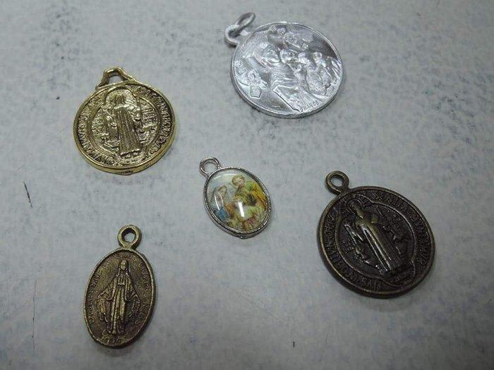 【三寶堂】 歐洲 宗教手鍊墬子 時代物 共5只 最大 : 1 cm 蒐集品 2500元