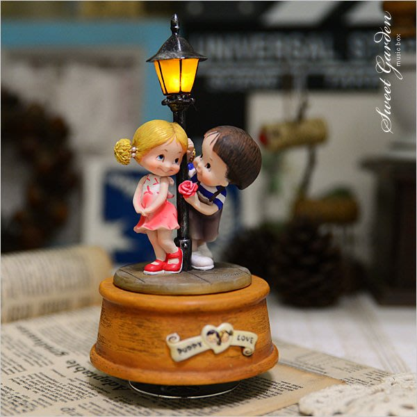 Sweet Garden, (免運費)情定街燈下旋轉音樂鈴擺飾 送男女朋友禮物 WSA戀愛系列